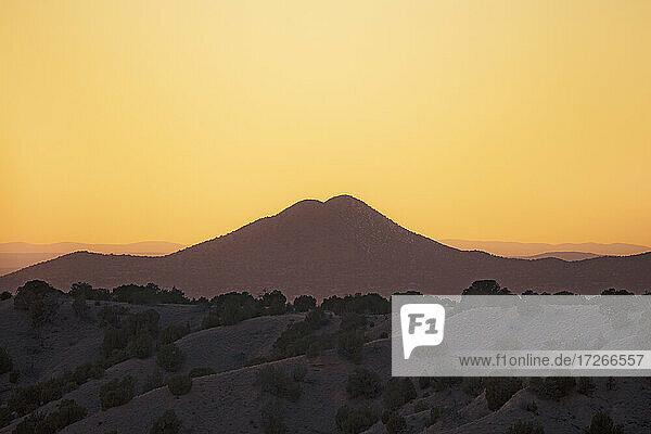 USA  New Mexico  Lamy  Galisteo Basin Preserve  Silhouette von Berg gegen Sonnenuntergang Himmel