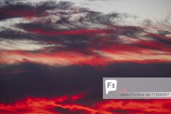 Dramatischer Sonnenuntergang Himmel mit roten und lila Wolken