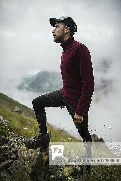Schweiz  Appenzell  Junger Mann beim Wandern in den Schweizer Alpen