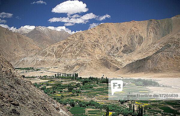 Indien  Ladakh  Leh District  Nubra Valley  Berglandschaft im Himalaya vom buddhistischen Lamayuru-Kloster im Tal aus gesehen
