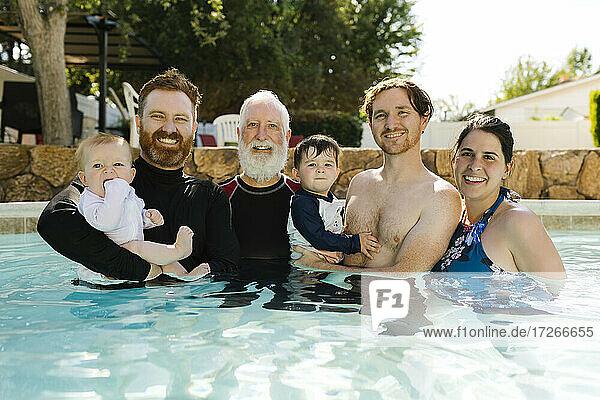Porträt einer Familie mit Jungen (12-17 Monate  2-3) im Schwimmbad
