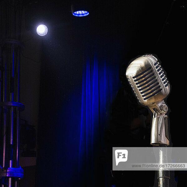 Altmodisches Mikrofon auf leerer Bühne