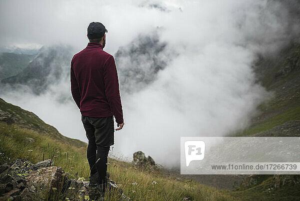 Schweiz  Appenzell  Mann wandert in Schweizer Alpen