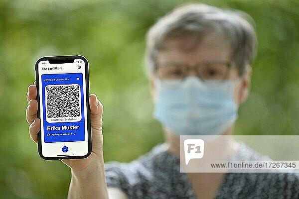 Symbolfoto Impfprivilegien  ältere Frau zeigt App CovPass auf Smartphone mit digitalem europäischen Impfzertifikat inklusive QR-Code  Corona-Krise  Stuttgart  Baden-Württemberg  Deutschland  Europa