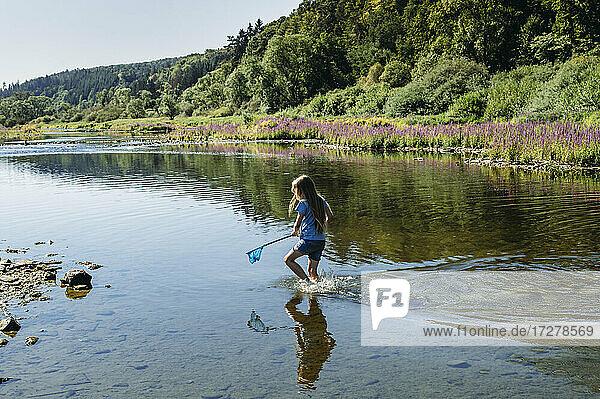 Little girl fishing inEderseereservoir