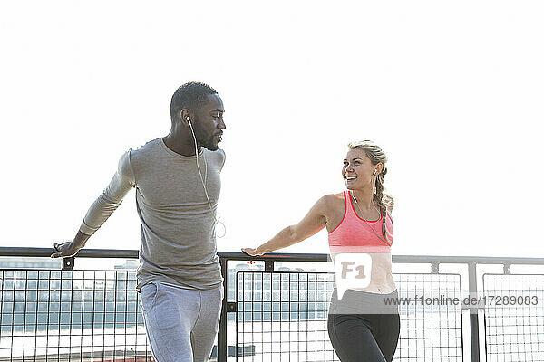 Lächelnde Frau sieht Mann beim gemeinsamen Training an