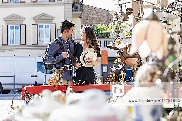 Lächelndes Paar an einem Marktstand an einem sonnigen Tag Lächelndes Paar an einem Marktstand an einem sonnigen Tag