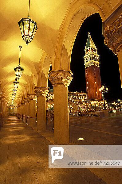 Italien  Venedig  Veneto  San Marco Campanile von der Arkade aus gesehen bei Nacht