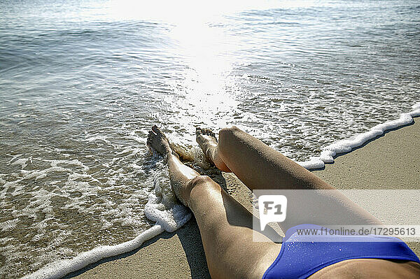 Frau im Bikini am Strand liegend  tiefer Ausschnitt