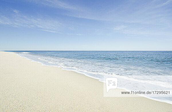 Massachusetts  Cape Cod  Nantucket Island  Ruhiger Strand und Meereswelle