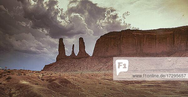 Arizona  Monument Valley Tribal Park  Die Drei Schwestern Felsformation im Monument Valley