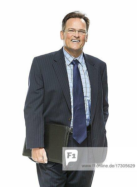 Gutaussehender Geschäftsmann lächelnd in Anzug und Krawatte vor einem weißen Hintergrund