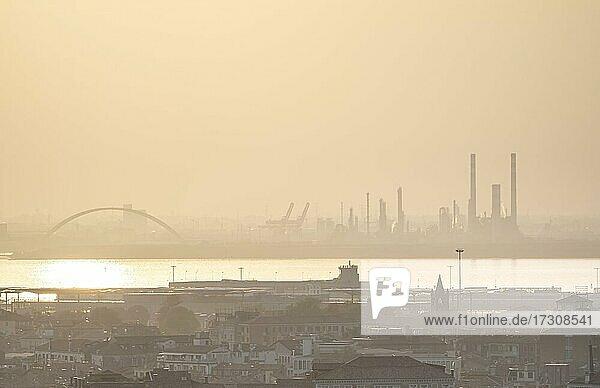 Smog  Häuser im Nebel  hinten Hafen und Industriegebiet  Venedig  Venetien  Italien  Europa