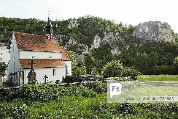 St. Georgs-Kapelle und Rabenfelsen  bei Thiergarten  Naturpark Obere Donau  Oberes Donautal  Donau  Schwäbische Alb  Baden-Württemberg  Deutschland  Europa
