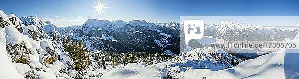 Alpenpanorama im Winter bei schönem Wetter  Blick vom Jenner auf Königssee und Watzmann  Nationalpark Berchtesgaden  Berchtesgadener Alpen  Schönau am Königssee  Berchtesgadener Land  Bayern  Deutschland  Europa