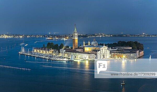 Insel Isola di San Giorgio Maggiore mit Kirche San Giorgio Maggiore am Abend  Venedig  Venetien  Italien  Europa