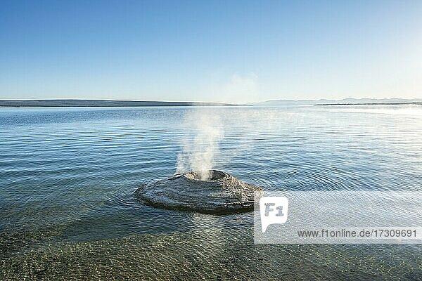 Dampfende Fumarole im See  Fishing Cone  West Thumb Geyser Basin  Yellowstone Lake  Yellowstone National Park  Wyoming  USA  Nordamerika