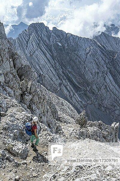 Junge Wanderin mit Helm  Felsige Berge und Geröll  Wanderung zum Hochkalter  Berchtesgadener Alpen  Berchtesgadener Land  Oberbayern  Bayern  Deutschland  Europa