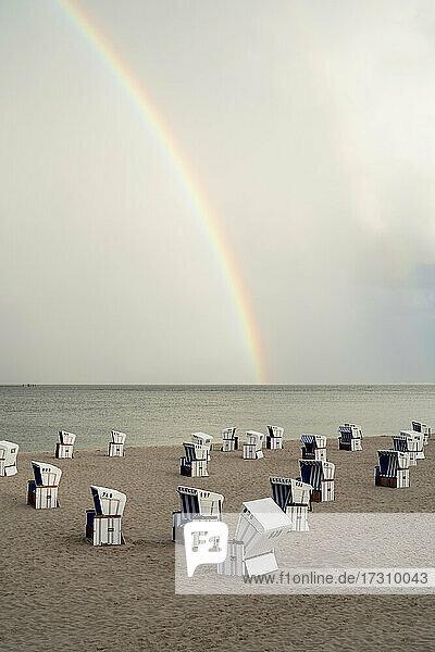 Regenbogen über Cabanas am ruhigen Meeresstrand  Schleswig-Holstein  Deutschland