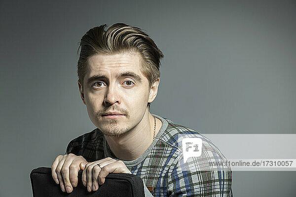 Porträt ernsten Mann gegen grauen Hintergrund