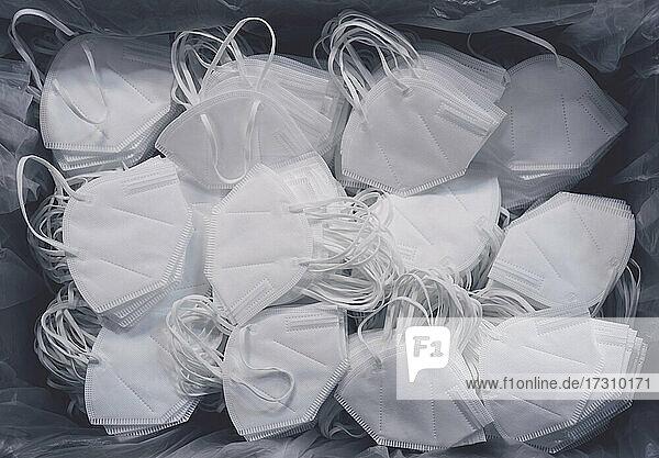 Reichlich weiße Einweg-Gesichtsschutzmasken