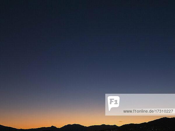 Goldener Sonnenuntergang Horizont in klaren Himmel in der Abenddämmerung  Französisch Riviera  Frankreich