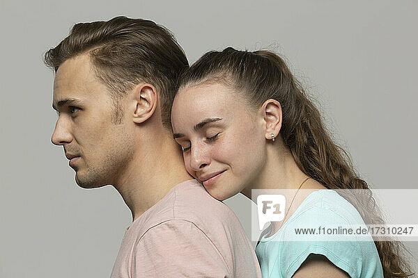 Porträt zärtliches junges Paar