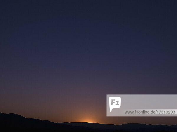 Letztes Licht von Sonnenuntergang in klaren Himmel  Französisch Riviera  Frankreich