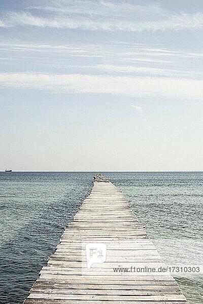Hölzerne Mole über dem sonnigen Meer  Mallorca  Spanien