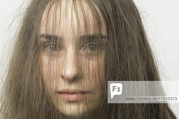 Close up Porträt Haare im Gesicht der schönen jungen Brünette Frau