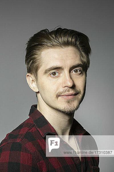 Porträt selbstbewusst gut aussehend junger Mann