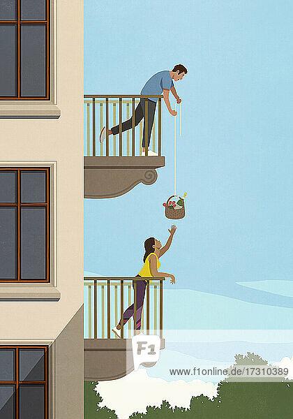 Mann senkt Geschenkkorb zu Frau unten auf Wohnungsbalkon