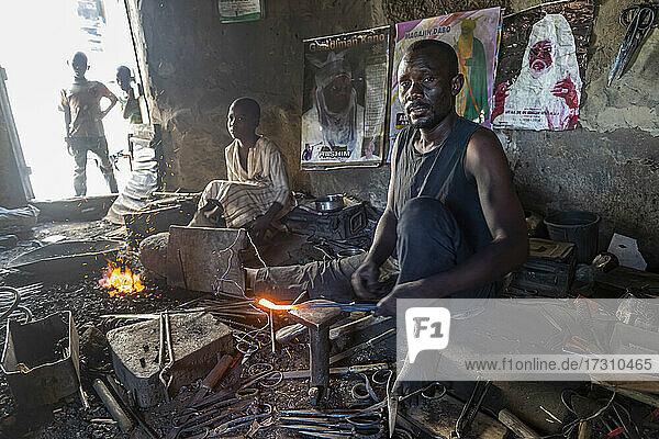 Metal workers in the bazaar  Kano  Kano state  Nigeria  West Africa  Africa