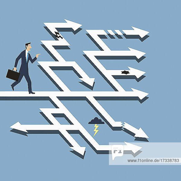 Geschäftsmann findet den Weg durch das Labyrinth der Pfeile
