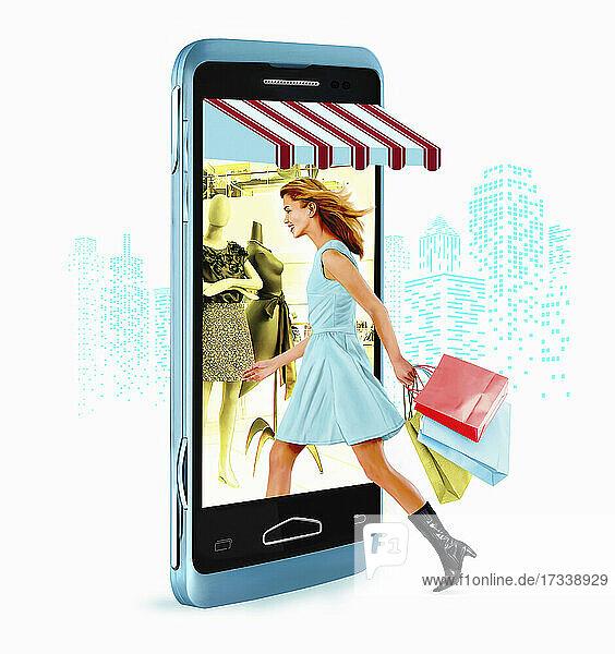 Junge Frau  die beim Einkaufsbummel ins Smartphone greift