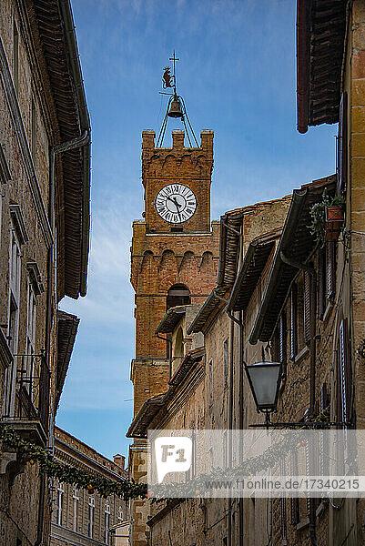 Europa  Italien  Toskana  Pienza  Corso Rossellino  Uhrenturm des Rathauses