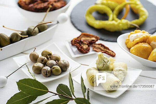 Verschiedene Antipasti: Oliven  Artischocken  Kapernbeeren  Pfefferoni