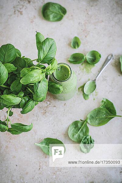 Grüner Smoothie mit Spinat  Basilikum  Joghurt und Banane
