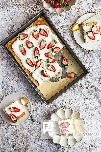 Tres Leches Kuchen mit frischen Erdbeeren