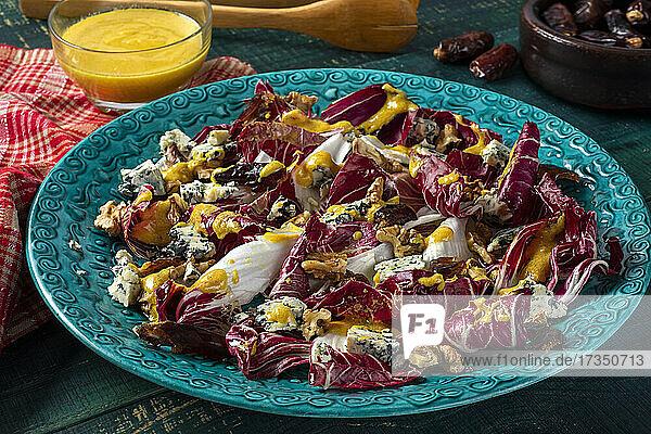 Radicchiosalat mit Walnüssen  Blauschimmelkäse und Datteln