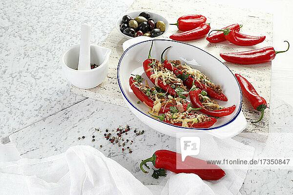 Rote Spitzpaprika gefüllt mit Hackfleisch und Erbsen