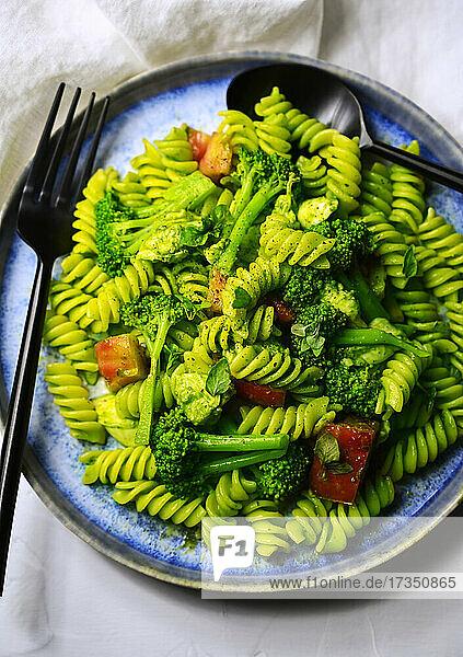 Rotini mit Basilikumpesto  Brokkoli und Tomaten