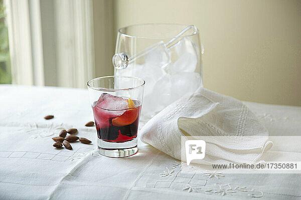 Fruchtiger Cocktail  Eiskübel  Mandeln und Stoffserviette