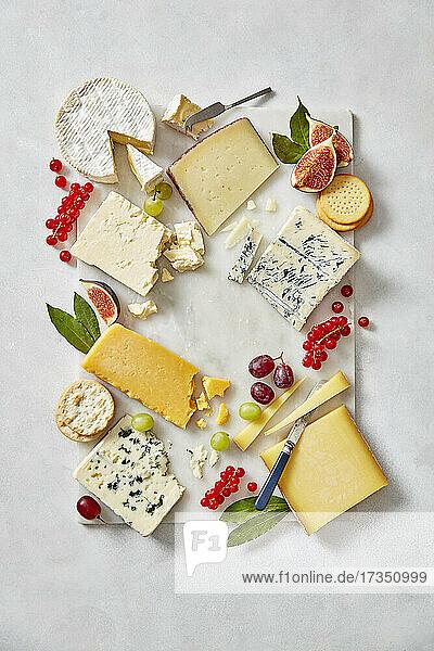 Käseplatte dekoriert mit Früchten