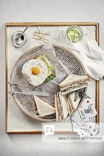 Klassisches Club-Sandwich und Sandwich mit Spiegelei