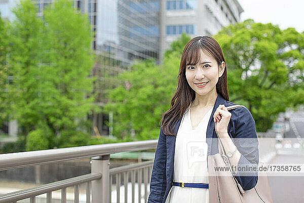 Japanische Geschäftsfrau in der Innenstadt