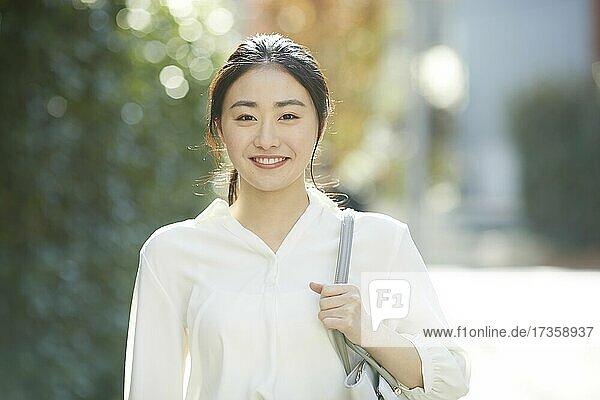 Japanische Frau Porträt außerhalb