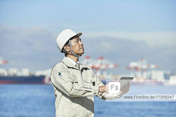 Japanischer Arbeiter im Freien