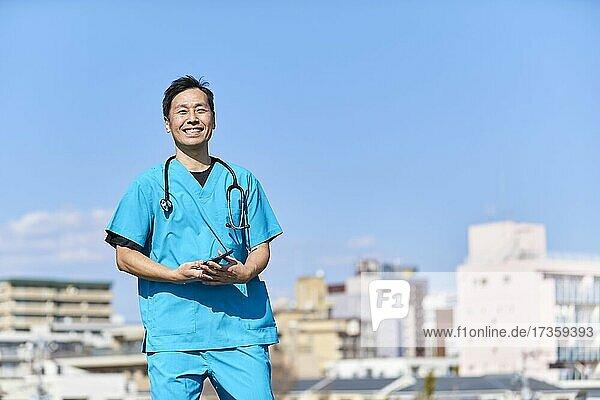 Japanischer Arzt im Freien