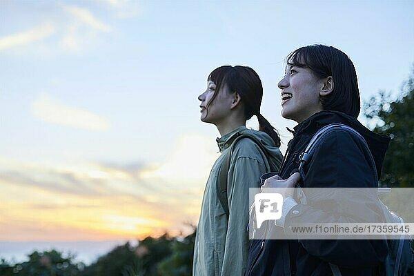 Japanische Freunde beim Wandern